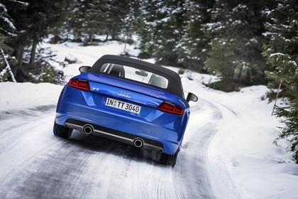 Audi TT 8S Roadster Aussenansicht Heck geschlossen dynamisch blau