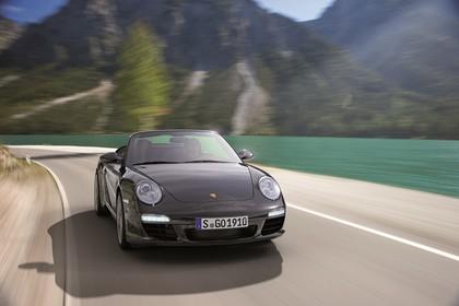 Porsche 911 Carrera Cabriolet 997.2 Aussenansicht Front schräg dynamisch schwarz
