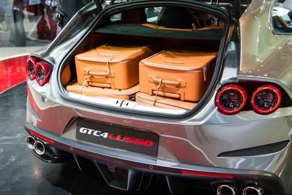 Ferrari GTC4 Lusso Innenansicht statisch Kofferraum