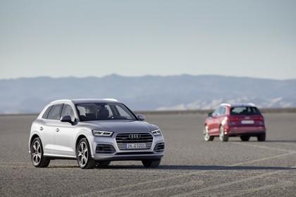 Audi Q5 FY Aussenansicht Front Heck schräg statisch silber rot