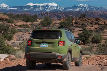 Jeep Renegade (BU) Aussenansicht Heck schräg statisch grün