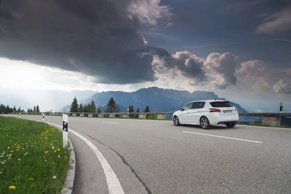 Peugeot 308 T9 Aussenansicht Heck schräg statisch weiss