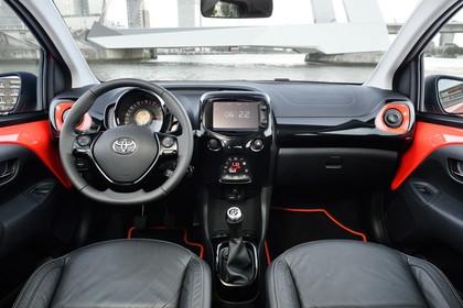 Toyota Aygo Innenansicht Front statisch schwarz rot