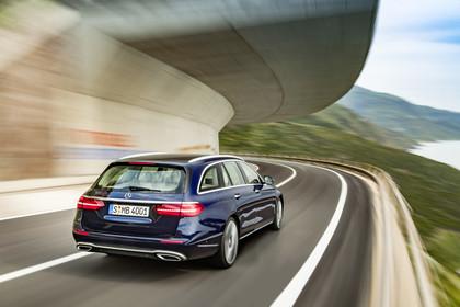 Mercedes W213 T-Model Aussenansicht Heck schräg dynamisch blau