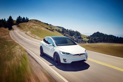 Tesla Model X Aussenansicht Front schräg dynamisch weiss