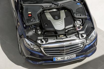 Mercedes W213 T-Model Aussenansicht 350d Motor statisch blau