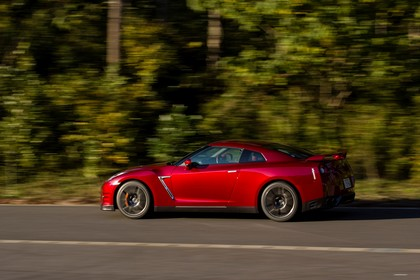 Nissan GT-R R35 Aussenansicht Seite schräg dynamisch rot