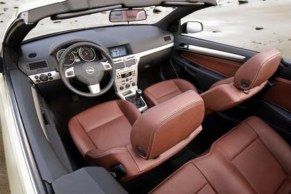 Opel Astra H Innenansicht Vordersitze statisch braun