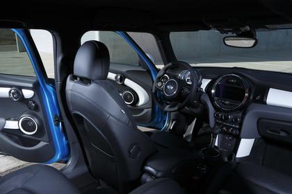 Mini Fünftürer F55 Innenansicht Fahrerposition Weitwinkel statisch schwarz