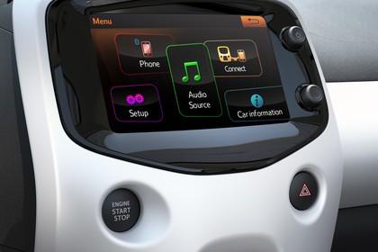 Peugeot 108 Innenansicht statisch Studio Detail Infotainmentbildschrim