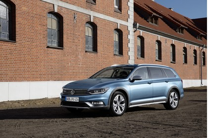 VW Passat B8 Alltrack Aussenansicht Front schräg statisch blau