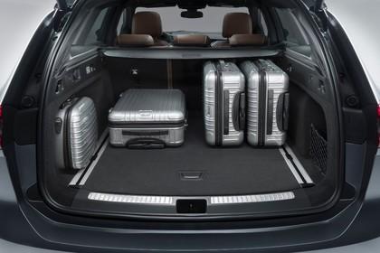 Opel Insignia B Sports Tourer AussenansichtHeck Kofferraum geöffnet mit Koffern Studio statisch silber