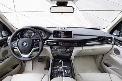 BMW X5 Facelift Innenansicht zentral statisch beige