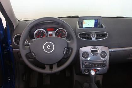 Renault Clio Fünftürer R Innenansicht statisch Studio Vordersitze und Armaturenbrett fahrerseitig