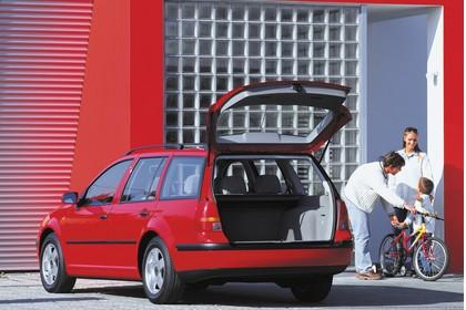 VW Golf IV Variant Aussenansicht Heck Kofferraum geöffnet statisch rot