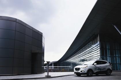 Hyundai ix35 Fuel Cell EL Aussenansicht Seite schräg statisch weiß