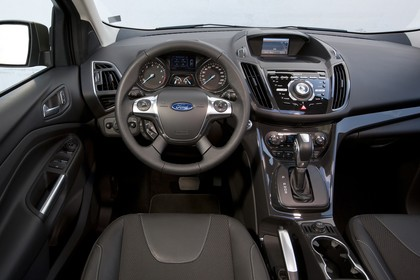 Ford Kuga DM3 Innenansicht Vordersitze und Armaturenbrett fahrerseitig