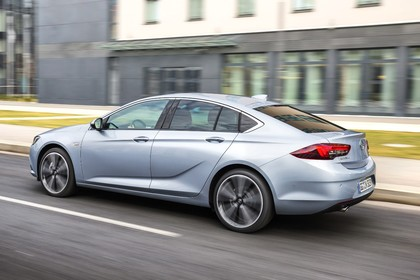 Opel Insignia B Grand Sport Aussenansicht Heck schräg dynamisch silber