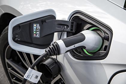 BMW i8 Aussenansicht Detail Ladeanschluß statisch silber