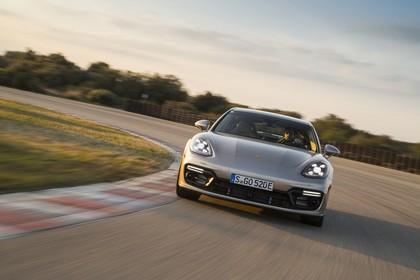 Porsche Panamera Turbo S E-Hybrid 971 Aussenansicht Front dynamisch braun