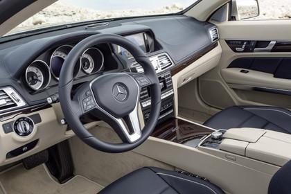 Mercedes-Benz E-Klasse Cabriolet A207 Innenansicht Einstieg Fahrerseite statisch beige schwarz