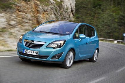 Opel Meriva B Aussennsicht Front schräg dynamisch blau