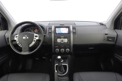 Nissan X-Trail T31 Innenansicht statisch Studio Vordersitze und Armaturenbrett