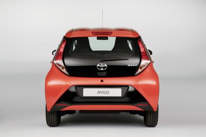 Toyota Aygo (AB2) Aussenansicht Heck statisch rot