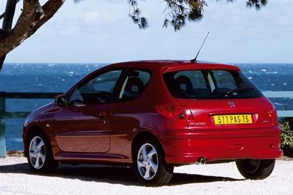Peugeot 206 Dreitürer Aussenansicht Heck schräg statisch rot