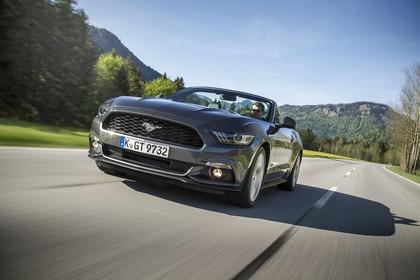 Ford Mustang Cabrio LAE Aussenansicht Front schräg dynamisch grau
