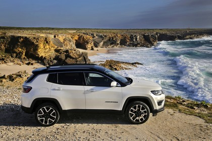 Jeep Compass Aussenansicht Seite erhöht statisch weiss