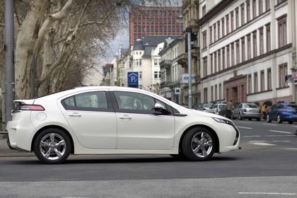 Opel Ampera Aussenansicht Seite dynamisch weiss