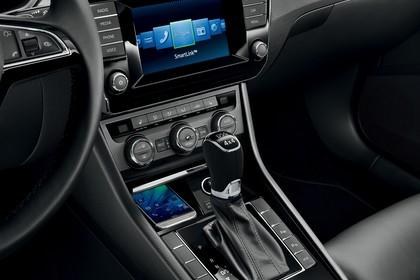Skoda Superb Combi 3V Innenansicht Studio Mittelkonsole und Beifahrersitz statisch