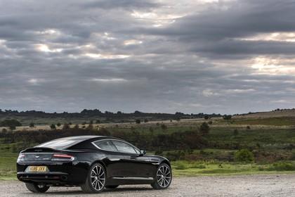 Aston Martin Rapide S Aussenansicht Heck schräg statisch schwarz
