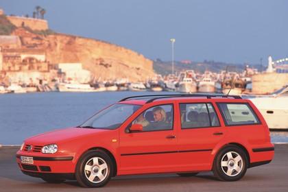 VW Golf IV Variant Aussenansicht Seite schräg  statisch rot