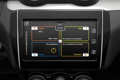 Suzuki Swift AZ Innenansicht statisch Studio Detail Infotainmentbildschrim