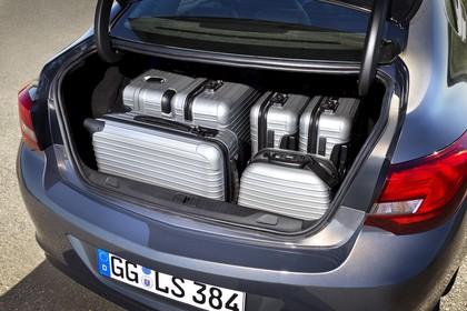 Opel Astra J Limousine Aussenansicht Heck Kofferraum geöffnet beladen statisch silber