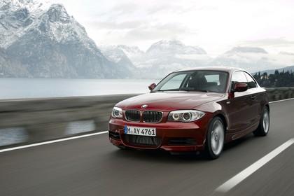 BMW 1er Coupé E82 LCI Aussenansicht Front schräg dynamisch rot