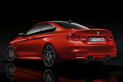 BMW M4 Coupe F82 Aussenansicht Heck schräg Studio statisch rot