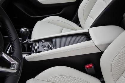 Mazda 3 BM Viertürer Innenansicht statisch Studio Detail Mittelkonsole