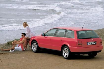 Audi A4 Avant B5 Aussenansicht Heck schräg statisch rot