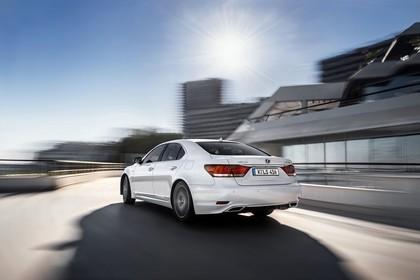 Lexus LS XF40 Aussenansicht Heck schräg dynamisch weiss