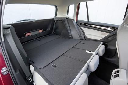 VW Golf Sportsvan Innenansicht Rücksitzbank umgeklappt statisch  schwarz beige