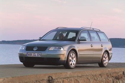 VW Passat Variant B5 Facelift Aussenansicht Front schräg statisch grau