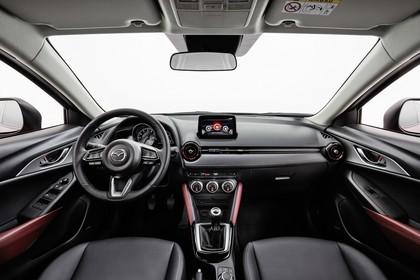 Mazda CX-3 DJ1 Innenansicht statisch Studio Vordersitze und Armaturenbrett