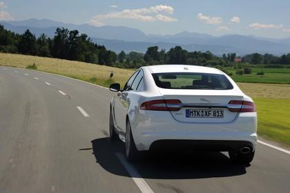 Jaguar XF X250 Aussenansicht Heck dynamisch weiß