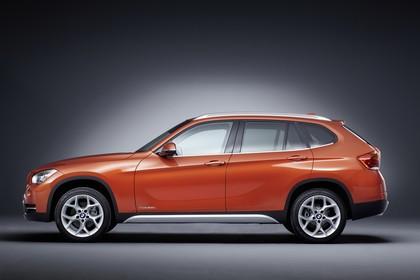 BMW X1 E84 LCI Aussenansicht Seite statisch Studio orange