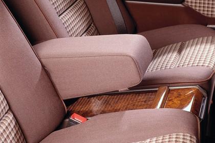 Mercedes E-Klasse Limousine W124 Innenansicht Rückbank statisch rot
