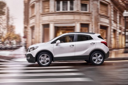 Opel Mokka J-A Aussenansicht Seite dynamisch weiss