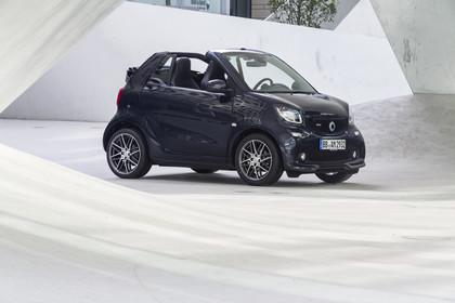 Smart Fortwo Cabrio 453 Aussenansicht Front schräg statisch schwarz